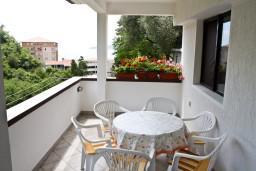 Терраса. Бечичи, Черногория, Бечичи : Апартаменты для 4-6 человек, c 2-мя отдельными спальнями, с просторной гостиной, с большой террасой с видом на море