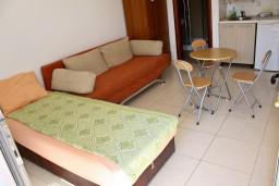 Студия (гостиная+кухня). Будванская ривьера, Черногория, Бечичи : Студия в Бечичи на первом этаже на вилле с бассейном