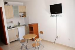 Кухня. Будванская ривьера, Черногория, Бечичи : Студия в Бечичи на первом этаже на вилле с бассейном