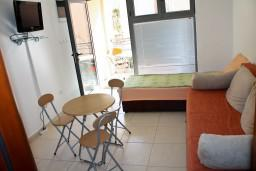 Студия (гостиная+кухня). Бечичи, Черногория, Бечичи : Студия в Бечичи на первом этаже на вилле с бассейном