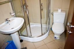 Ванная комната. Бечичи, Черногория, Бечичи : Студия в Бечичи на первом этаже на вилле с бассейном