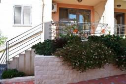 Вход. Бечичи, Черногория, Бечичи : Студия в Бечичи на первом этаже на вилле с бассейном