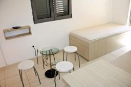 Студия (гостиная+кухня). Бечичи, Черногория, Бечичи : Студия в 500 метрах от моря на вилле с бассейном