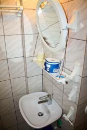 Ванная комната. Бечичи, Черногория, Бечичи : Комната на 2 персоны с кондиционером