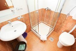 Ванная комната. Бечичи, Черногория, Бечичи : Студия с балконом в 250 метрах от моря
