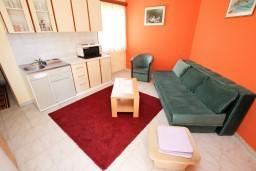 Гостиная. Будванская ривьера, Черногория, Пржно : Апартаменты на 4-6 персон, 2 спальни, 50 метров от пляжа