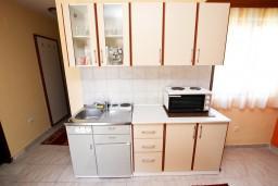 Кухня. Будванская ривьера, Черногория, Пржно : Апартаменты на 4-6 персон, 2 спальни, 50 метров от пляжа