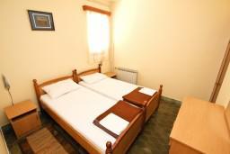 Спальня. Будванская ривьера, Черногория, Пржно : Апартаменты на 4-6 персон, 2 спальни, 50 метров от пляжа