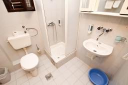 Ванная комната. Будванская ривьера, Черногория, Пржно : Апартаменты на 4-6 персон, 2 спальни, 50 метров от пляжа