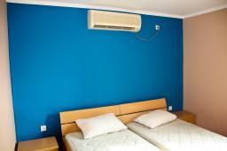 Спальня. Будванская ривьера, Черногория, Пржно : Апартаменты на 4 персоны, 2 спальни, 60 метров от пляжа