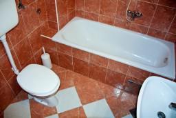 Ванная комната. Будванская ривьера, Черногория, Пржно : Апартаменты на 4 персоны, 2 спальни, 60 метров от пляжа