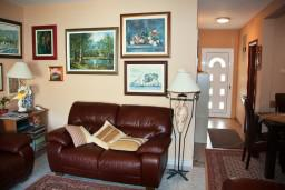 Гостиная. Будванская ривьера, Черногория, Пржно : Апартаменты на 5 персон, 3 спальни, 20 метров от пляжа