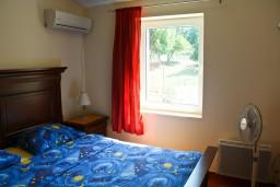 Спальня. Будванская ривьера, Черногория, Пржно : Люкс апартамент (этаж дома) 110м2 в 20 метрах от пляжа, 3 спальни, 3 ванные комнаты, балкон с видом на море