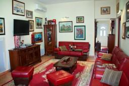 Гостиная. Будванская ривьера, Черногория, Пржно : Люкс апартамент (этаж дома) 110м2 в 20 метрах от пляжа, 3 спальни, 3 ванные комнаты, балкон с видом на море