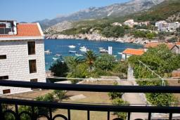 Вид на море. Будванская ривьера, Черногория, Пржно : Люкс апартамент (этаж дома) 110м2 в 20 метрах от пляжа, 3 спальни, 3 ванные комнаты, балкон с видом на море
