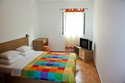 Спальня. Будванская ривьера, Черногория, Пржно : Апартаменты на 6 персоны, 3 спальни, 50 метров от пляжа