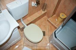 Ванная комната. Будванская ривьера, Черногория, Пржно : Апартаменты на 6 персоны, 3 спальни, 50 метров от пляжа