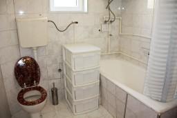 Ванная комната. Будванская ривьера, Черногория, Каменово : Апартаменты для 4-5 человек, с отдельной спальней, с балконом с видом на море