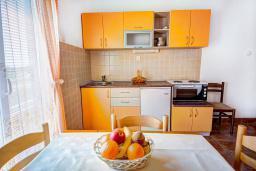 Кухня. Будванская ривьера, Черногория, Каменово : Апартамент с отдельной спальней, с балконом с видом на море