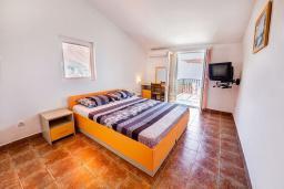 Спальня. Будванская ривьера, Черногория, Каменово : Апартамент с отдельной спальней, с балконом с видом на море