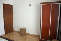 Гардеробная / шкаф. Будванская ривьера, Черногория, Каменово : Апартамент с видом на море, 100 метров от пляжа