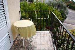 Балкон. Будванская ривьера, Черногория, Каменово : Апартамент с видом на море, 100 метров от пляжа