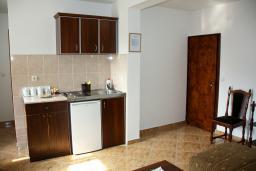 Кухня. Будванская ривьера, Черногория, Каменово : Апартамент с видом на море, 100 метров от пляжа