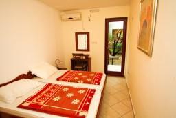 Спальня. Будванская ривьера, Черногория, Каменово : Апартамент на 4-6 персоны, с 2-мя отдельными спальнями, с балконом с видом на море