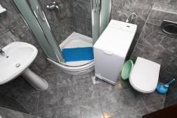 Ванная комната. Будванская ривьера, Черногория, Каменово : Апартамент на 4-6 персоны, с 2-мя отдельными спальнями, с балконом с видом на море