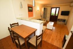 Обеденная зона. Будванская ривьера, Черногория, Каменово : Апартамент с отдельной спальней в 300 метрах от моря
