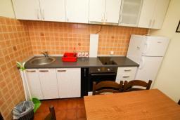 Кухня. Будванская ривьера, Черногория, Каменово : Апартамент с отдельной спальней в 300 метрах от моря