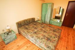 Спальня. Будванская ривьера, Черногория, Каменово : Апартамент с отдельной спальней в 300 метрах от моря