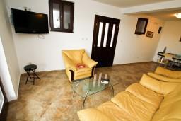 Гостиная. Будванская ривьера, Черногория, Каменово : Люкс апартамент для 4-6 человек, с 2-мя спальнями и полностью оборудованной кухней
