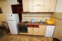 Кухня. Будванская ривьера, Черногория, Каменово : Люкс апартамент для 4-6 человек, с 2-мя спальнями и полностью оборудованной кухней