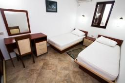 Спальня 2. Будванская ривьера, Черногория, Каменово : Люкс апартамент для 4-6 человек, с 2-мя спальнями и полностью оборудованной кухней