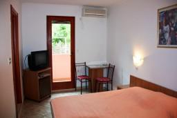 Студия (гостиная+кухня). Будванская ривьера, Черногория, Каменово : Студия на первом этаже в 300 метрах от моря