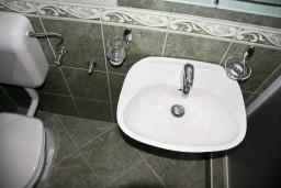 Ванная комната. Будванская ривьера, Черногория, Каменово : Студия на первом этаже в 300 метрах от моря