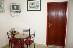 Кухня. Будванская ривьера, Черногория, Каменово : Апартаменты на 4 персоны, 2 спальни, с видом на море