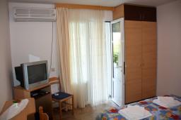 Спальня. Будванская ривьера, Черногория, Каменово : Апартамент на 3 персоны, с 2 спальнями, с большой террасой