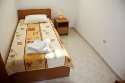 Спальня 2. Будванская ривьера, Черногория, Каменово : Апартамент на 3 персоны, с 2 спальнями, с большой террасой