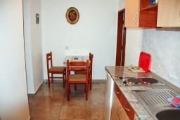 Кухня. Будванская ривьера, Черногория, Каменово : Апартамент на 3 персоны, с 2 спальнями, с большой террасой