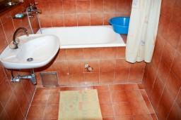Ванная комната. Будванская ривьера, Черногория, Каменово : Апартамент на 3 персоны, с 2 спальнями, с большой террасой