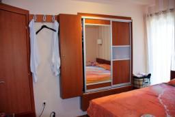 Спальня. Будванская ривьера, Черногория, Пржно : Апартаменты на 6 персон, 3 спальни, с видом на море, 10 метров от пляжа