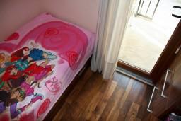 Спальня 2. Будванская ривьера, Черногория, Пржно : Апартаменты на 6 персон, 3 спальни, с видом на море, 10 метров от пляжа