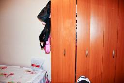 Спальня 3. Будванская ривьера, Черногория, Пржно : Апартаменты на 6 персон, 3 спальни, с видом на море, 10 метров от пляжа