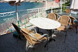 Терраса. Будванская ривьера, Черногория, Пржно : Апартаменты на 6 персон, 3 спальни, с видом на море, 10 метров от пляжа