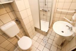 Ванная комната. Будванская ривьера, Черногория, Каменово : Студия с видом на море, 150 метров от пляжа