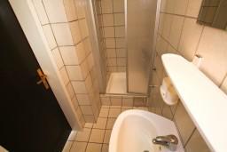 Ванная комната. Будванская ривьера, Черногория, Каменово : Студия с террасой с видом на море, 150 метров от пляжа