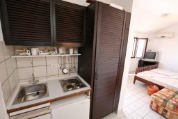 Кухня. Будванская ривьера, Черногория, Каменово : Студия с террасой с шикарным видом на море, 150 метров от пляжа