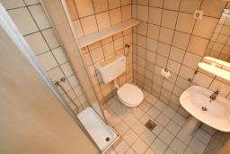 Ванная комната. Будванская ривьера, Черногория, Каменово : Студия с террасой с шикарным видом на море, 150 метров от пляжа